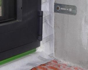 Utesnenie montážnej škáry v okenných konštrukciách